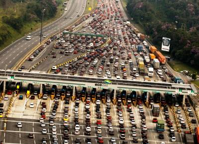 """Foto do Joel Silva na primeira página da Folha de 18/2/2012 mostra saída de carros de São Paulo para """"descansar"""" no feriado."""