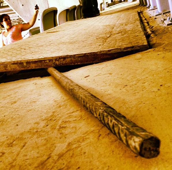 Uma barra de ferro sobrando.