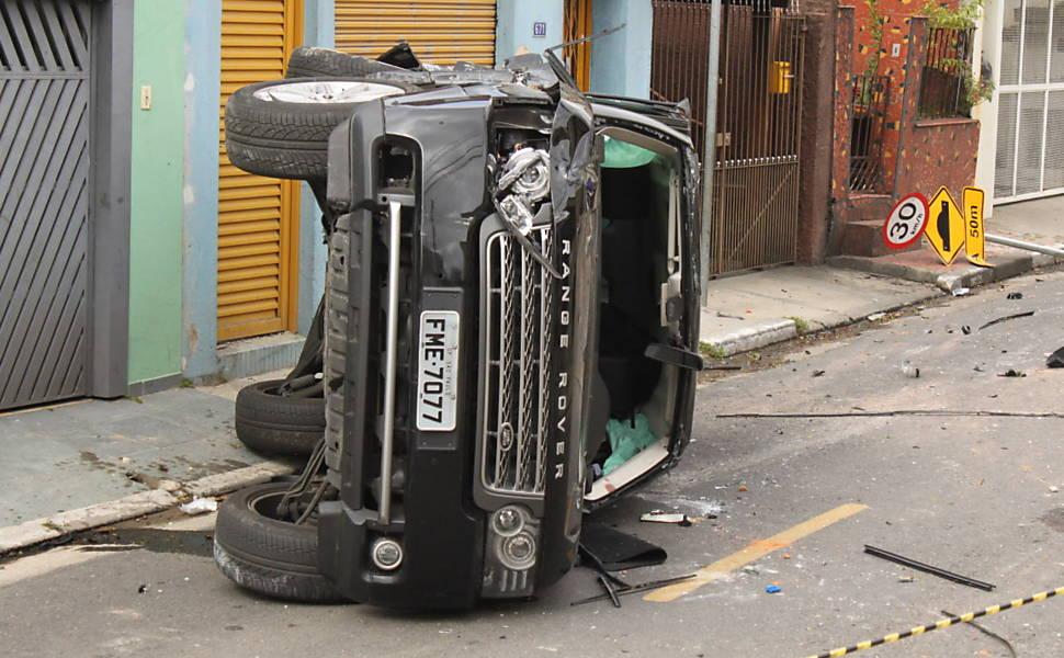"""Land Rover que atropelou Vitor Gurman, em julho de 2011, logo após o acidente numa rua tranquila de São Paulo. Reparem na placa de 30 km/h logo atrás. Para a Polícia, a motorista tinha bebido. Ela diz que ingeriu """"apenas uma margarita"""" naquela noite. Foto de Silvio Portante/Folhapress."""