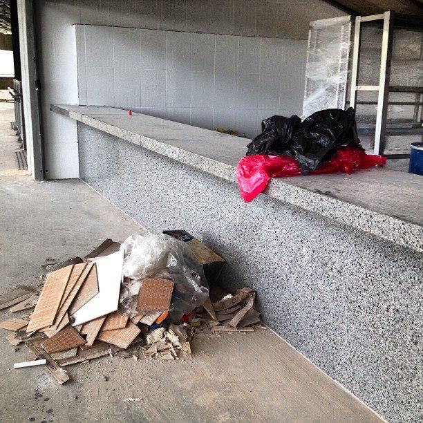 Lixo, pouco antes da entrada dos torcedores.