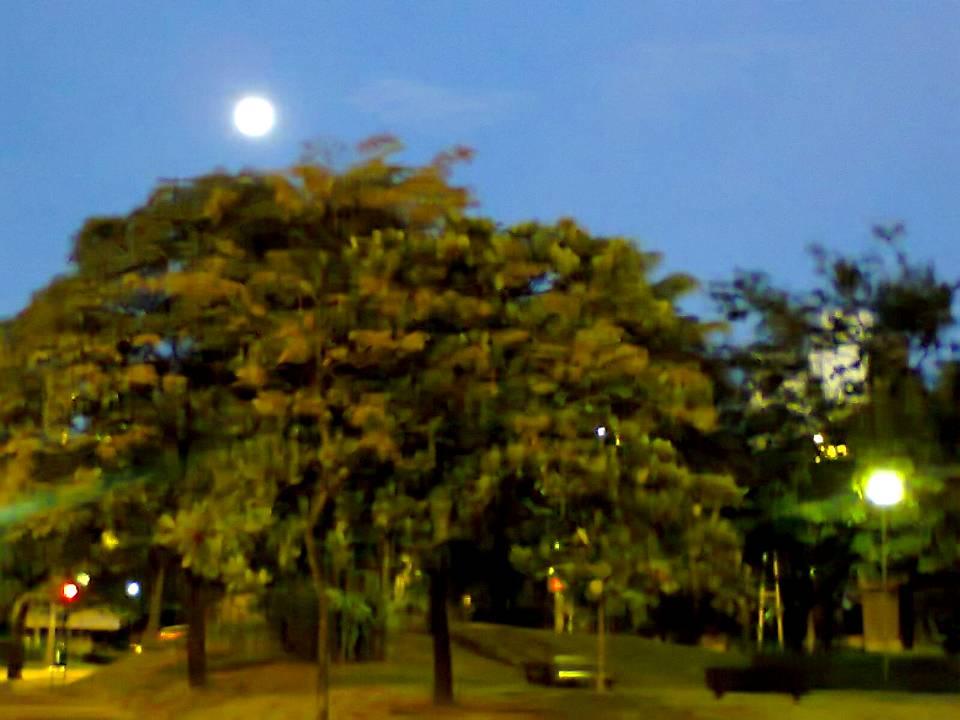 Praça Milton Campos – e a lua.