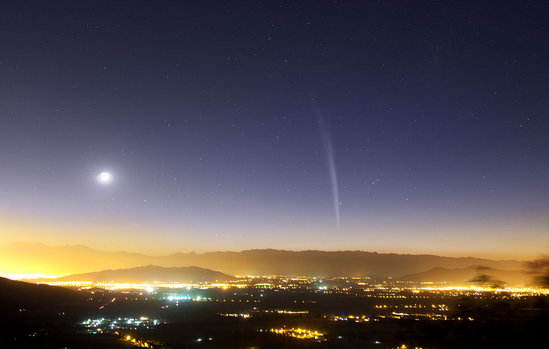 Foto do último cometa de grande visibilidade que passou por aqui, o Lovejoy, em 2011, com magnitude -4 (Y. Beletski/ESO).