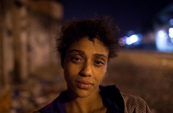 Felipe Dana, da Associated Press, fotografa Natália, uma usuária de crack de 15 anos, no Rio.