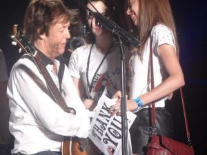 Priscila Brito recebendo seu autógrafo. Foto tirada do Facebook dela.