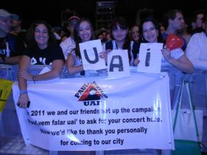 """As meninas do movimento """"Paul, Vem Falar Uai!"""". Foto tirada do Facebook de Priscila Brito. Clique para ver maior."""