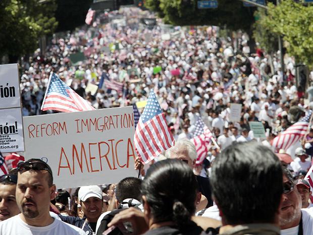Mais de 100 mil protestaram no  Arizona, em 2010, contra a lei anti-imigração. Foto: Foto: Richard Vogel/AP.