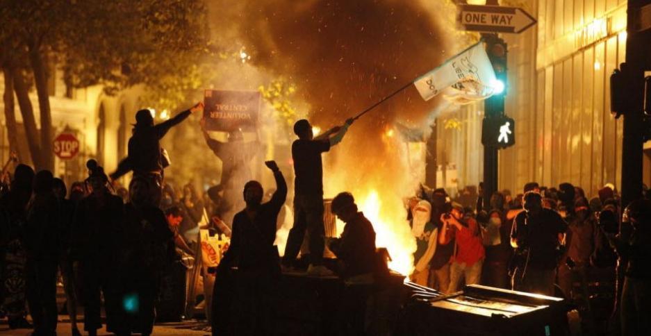 Houve confronto com a polícia durante os protestos de 3/11/2011 em Oakland, na Califórnia, EUA. Gás lacrimogêneo foi usado para tentar dispersar os participantes. Foto: Stephen Lam/Reuters