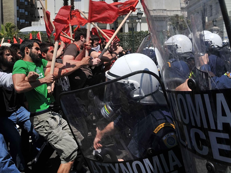Um dos vários protestos na Grécia. Este, de 1º de Maio de 2010. Foto: Louisa Gouliamaki/AFP
