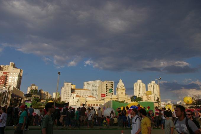 E o fim, em frente à praça da Estação, que estava fechada para algumas pessoas verem o jogo do Brasil e Japão.