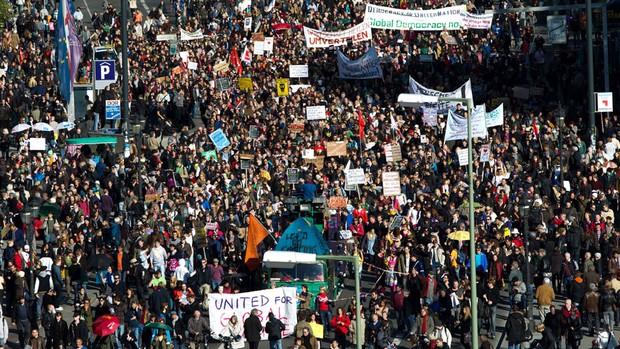 Em foto de 2012, multidão marcha em Frankfurt, Alemanha, onde pelo menos 5.000 pessoas se reuniram em protesto em frente ao Banco Central Europeu, contra a crise e as políticas de austeridade no continente. Foto: AP
