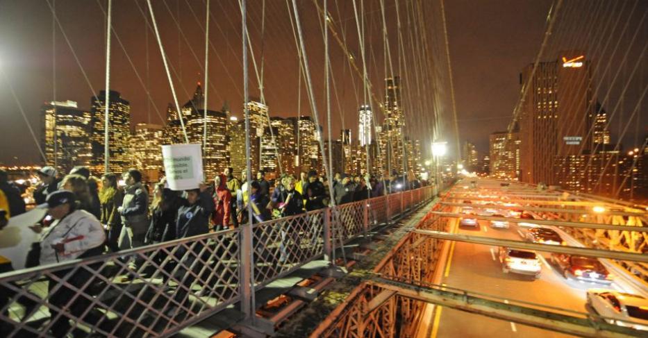 Aí, em 18/11/2011, uma marcha em comemoração a DOIS MESES de protestos do Ocupy Wall Street. Os manifestantes seguiram pela Ponte do Brooklyn, em Nova York, em direção a Manhattan. Foto: Henny Ray Abrams/AP