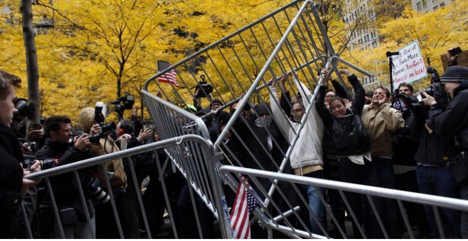 """Durante o """"Ocupy Wall Street"""", mais de 100 foram presos nos protestos de 17/11/2011após passeata pelo distrito financeiro de Nova York. Foto: Allison Joyce/Getty Images/AFP"""