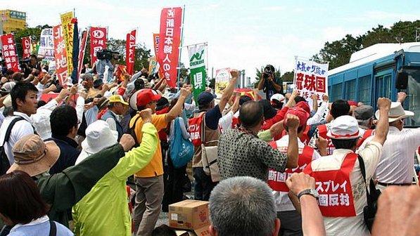 Moradores de Okinawa, no Japão, protestam contra a presença dos Estados Unidos no país, em outubro de 2012. Foto: AFP.