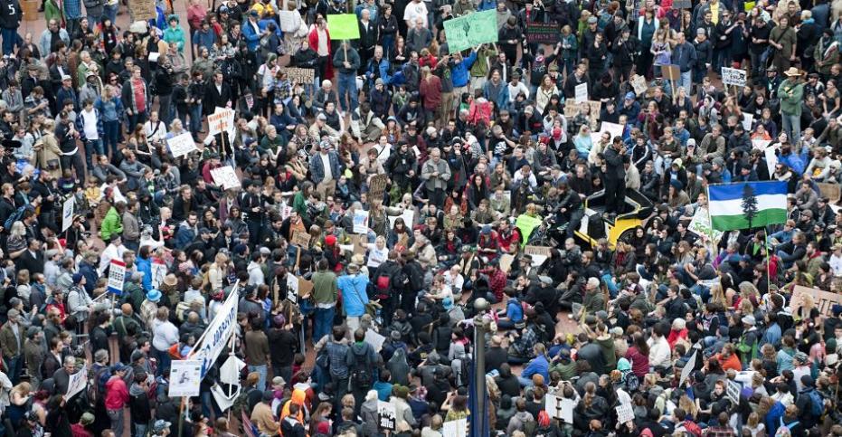 Em 6/10/2011, milhares de manifestantes ocuparam as ruas de Portland, Oregon, Estados Unidos. Os protestos contra o desemprego, o socorro aos bancos e a crise econômica nos EUA começaram em Nova York e se estenderam para outras cidades norte-americanas. Foto: Ray Whitehouse/AP