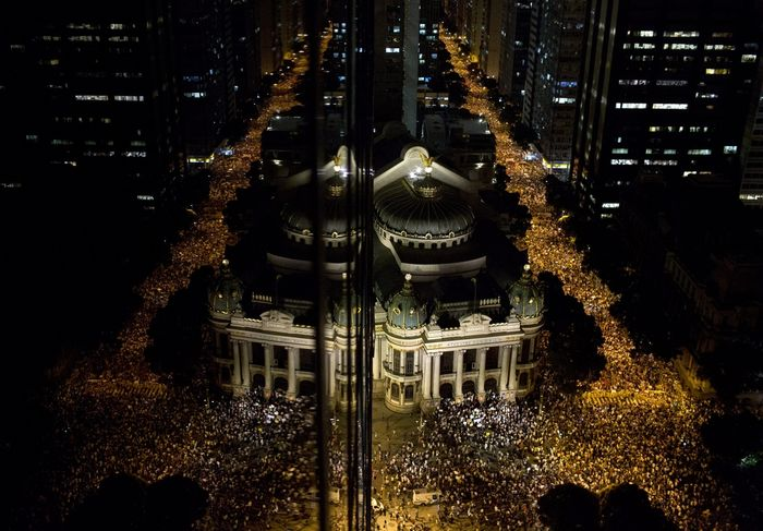 O Rio protesta. (Foto: AP/Felipe Dana)