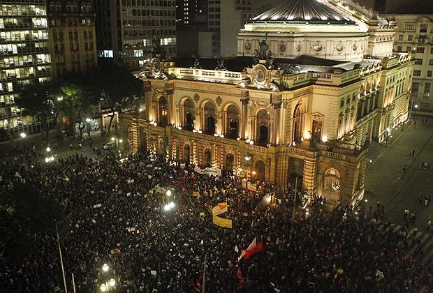 Protestos em São Paulo, que começaram pedindo o passe livre no transporte público, e agora se tornaram bem maiores. Foto: Getty Images, 13/3/2013