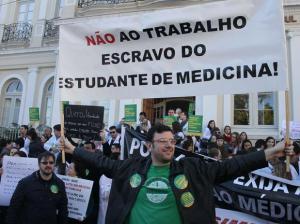 medicos-protesto-portoalegre-fut1