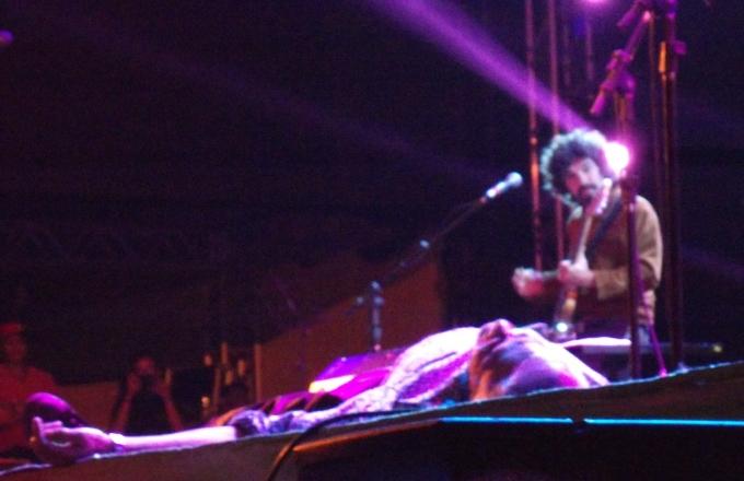 Caetano rebola, deita no chão...