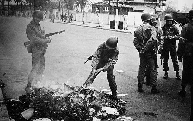 """Foto de Pablo Di Boylio. Livros """"subversivos"""" são queimados em plena rua. Chile, 1973."""