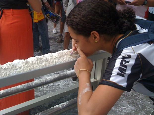 O mesmo farinhaço, na porta da ALMG, em foto de Raquel Freitas/G1 MG