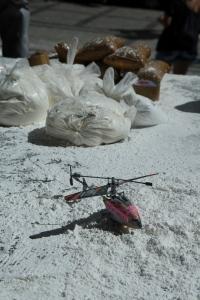 """""""Farinhaço"""" em protesto para cobrar investigações pelo uso de um helicóptero de um senador da República para tráfico de 445 kg de cocaína. Foto: Léo Fontes/O Tempo."""