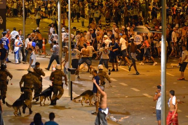 Brigas entre torcidas organizadas do Cruzeiro fazem festa de título ser cancelada. Foto: Douglas Magno/O Tempo