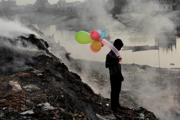 Foto de Andrew Biraj, em um lixão em Bangladesh.