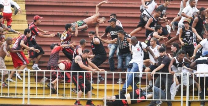 Torcedores do Vasco e do Atlético-PR em briga no último domingo. Foto: Geraldo Bubniak / Fotoarena