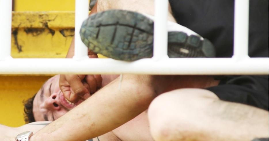 Torcedor do Atlético-PR que foi espancado quando já estava desacordado no chão. Foto: GIULIANO GOMES/ESTADÃO CONTEÚDO