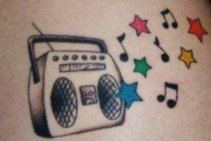 Tatuagem bonita de alguma outra fã de rádios.