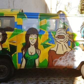 Grafite em Kombi estacionada na avenida Bandeirantes. Fotografado por Beto Trajano em 30.6.2014.