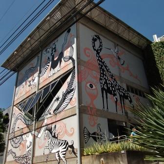 Trabalho do artista plástico Rogério Fernandes na fachada do Grupo Corpo, na av. Bandeirantes, 866, Mangabeiras. Fotografado por CMC em 7.4.2014