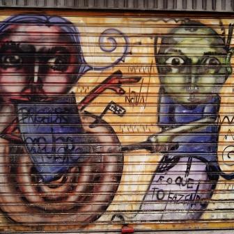 Grafite em porta de comércio na rua do Ouro, no Serra. Fotografado por CMC em 13.4.2014.