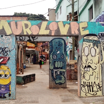 Entrada da Vila Ponta Porã, na rua Ponta Porã, Santa Efigênia, região leste da cidade. É possível ver dezenas de grafites no lugar. A seguir, alguns deles. Fotografado por CMC em 14.4.2014.