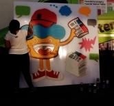 """Grafite sendo feito pela Maria Raquel Bolinho, em comemoração ao aniversário de 12 anos do jornal """"Super Notícia"""". Painel no jornal, na Av. Babita Camargos, 1.645, Contagem. Fotografado por CMC em 29.4.2014. Saiba mais: http://www.otempo.com.br/tv/para-comemorar-tem-at%C3%A9-bolinho-do-super-1.832625"""