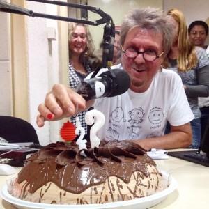 Tutti Maravilha prestes a comer o bolo de comemoração dos 27 anos do Bazar, na semana passada.