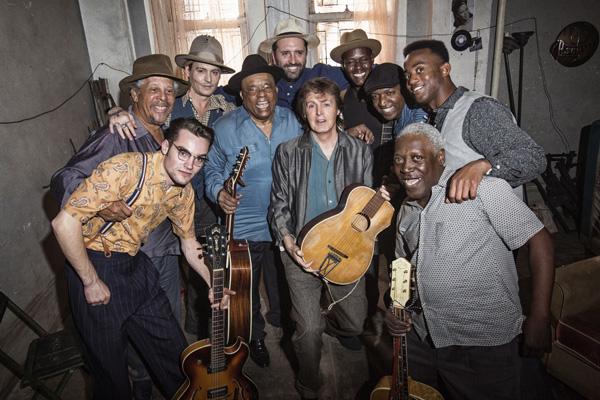 Paul, Johnny Depp, o diretor Vincent Haycock e os bluesmen que participam da barbearia de blues :) Foto: divulgação