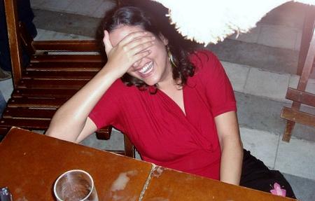 Eu chorando de rir depois de levar um tombo, em foto tirada por amigos, em abril de 2010. Arquio pessoal :)