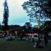 Era muita gente sentada ou deitada no gramado, curtindo a folga :)