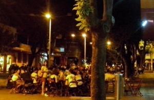 Três bares da praça da Savassi com mesas lotadas