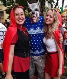 Lobo Mau e duas Chapeuzim Vermelho :D Foto: CMC