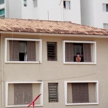 Pessoal acompanhava das janelas enquanto o bloco passava. Foto: CMC