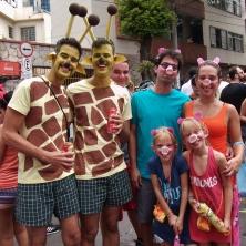 Girafas e porquinhos nesta família. Foto: CMC
