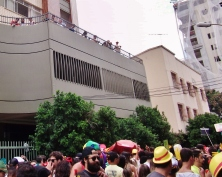 Mais gente acompanhando nos prédios enquanto o bloco passava.