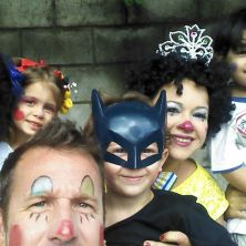 Família reunida com várias fantasias. Foto enviada por Regiane Suela