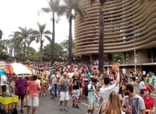 Vista geral da multidão em frente ao prédio de Niemeyer, já descendo a avenida Brasil. Foto: CMC