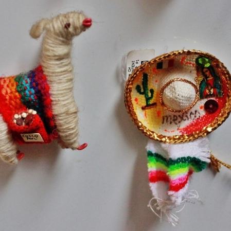 Uma lhama de Cusco (Peru) e um chapéu do México. Foto: CMC, em 27/3/2015