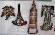 Estes são de lugares variados mas têm em comum o excelente material de que são feitos. Adoro esses ímãs pesadões! Campos do Jordão, Paris, Londres e Barcelona. Foto: CMC, em 27/3/2015