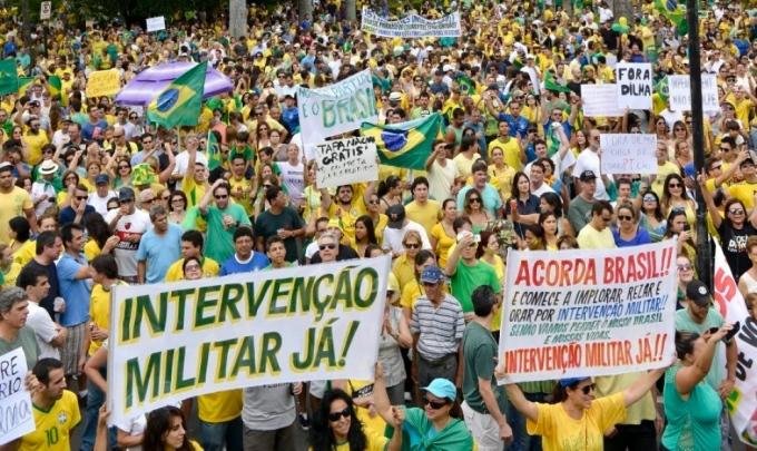 Cartazes pedindo intervenção militar no protesto de Belo Horizonte. Foto: Uarlen Valério / O Tempo