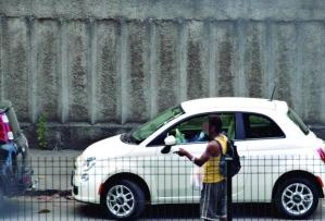 Tomador de conta na rua atrás do jornal onde trabalho. Foto: Gustavo Baxter / O Tempo, em março/2014